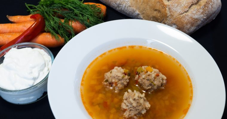Rumuńska zupa z klopsami – Ciorba de perisoare